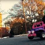 Nem játék: 48 km/h-val robog az átalakított Barbie-autó – videó