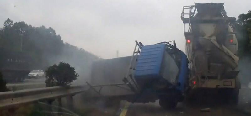 Betonkeverős monstrum a kisteherautó ellen – videó