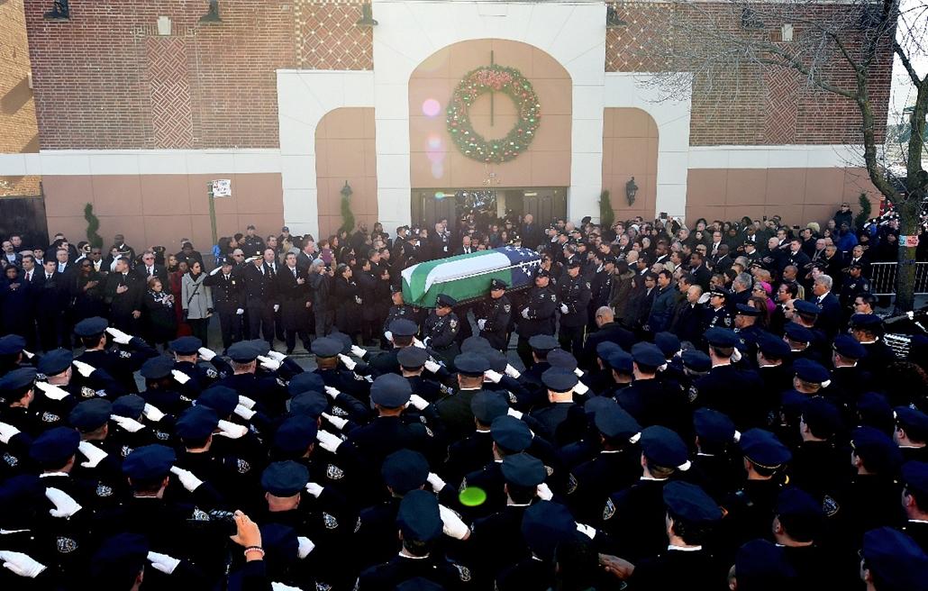 afp.14.12.27. - New York, USA: Rafael Ramos rendőr temetésén. Az agyonlőtt rendőr halálát az elmúlt hetekben lezajlott tüntetésekhez kötik, afféle ''bosszúként'' értelmezik. - 7képei