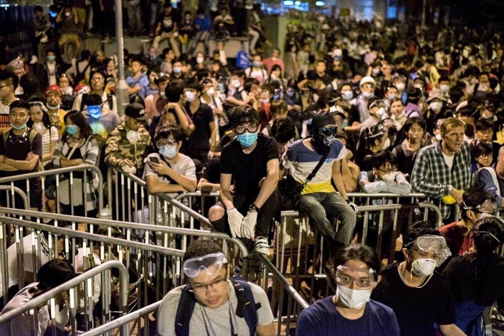 afp. hét képei - Hongkong, Kína, 2014.10.15. hongkongi tüntetések, Pro-democracy protesters gather near the central government offices in Hong Kong on October 15, 2014. Hong Kong has been plunged into the worst political crisis since its 1997 handover as