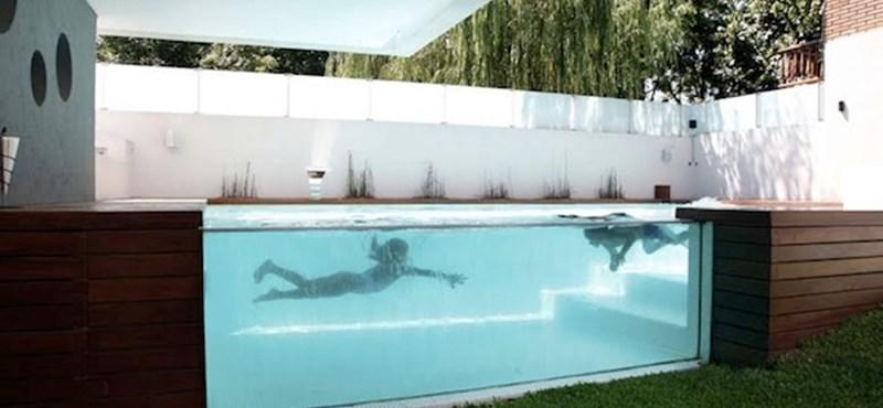 Félelmetes, üvegfalú medence
