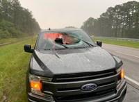 Villámcsapás repített betondarabot egy autó szélvédőjébe Floridában