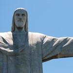 Le akarják pipálni Krisztus szobrát