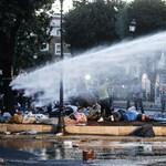 Vízágyúkkal kergették ki a migránsokat egy központi parkból Rómában (videók)