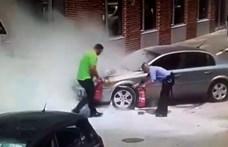 Videón, ahogy poroltózzák a Józsefvárosban kigyulladt kocsit