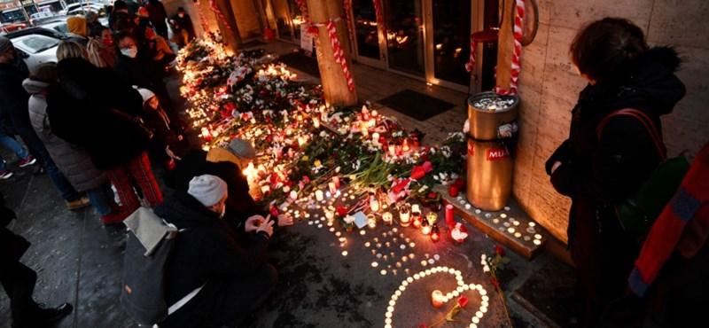 Mécsesek és virágok a Vas utcában - így búcsúztak a hallgatók az épülettől