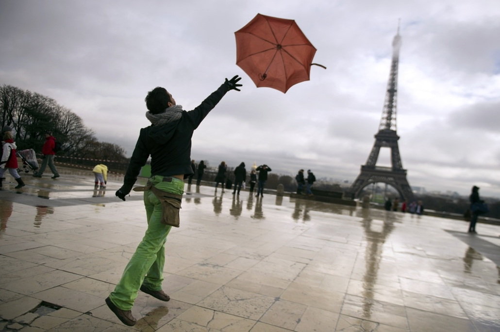 afp. nagyításhoz - esernyő - eső, időjárás, zivatar, vihar, Párizs, 2012.12.07., Eiffel-torony
