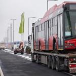 Megérkezett az első piros Skoda troli Budapestre