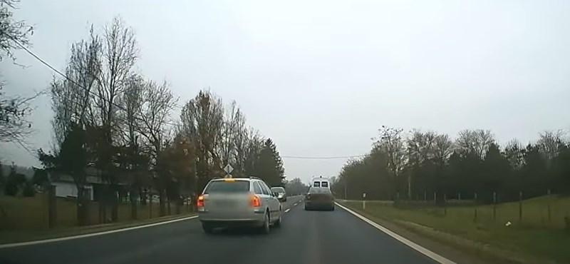 Újabb videó került elő, egy olyan sofőrről, akinek  egy életre el kéne venni a jogsiját