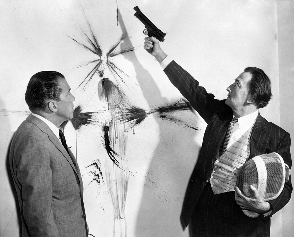afp. nagyítás - Salvador Dali 110 éve született - 1960.01.01. UNITED STATES, - : Picture dated in the 60s of TV American presenter Ed Sullivan (L) looking at Spanish artist Salvador Dali (R) showing how to paint with a spray gun.