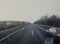 Mentőt előzött jobbról, majd büntetőfékezett egy BMW-s az autópályán - videó