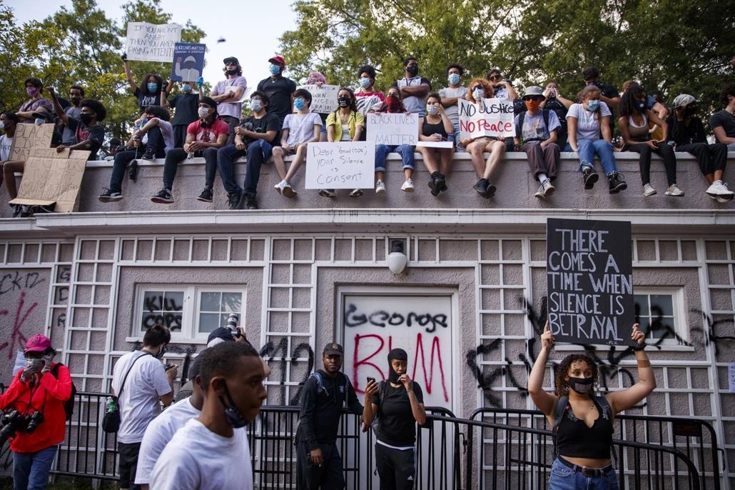 Nagyítás mti.20.06.01. A George Floyd fekete bőrű férfi halála miatt tiltakozó tüntetők egy park épületének tetején, a washingtoni Fehér Ház közelében 2020. május 31-én.