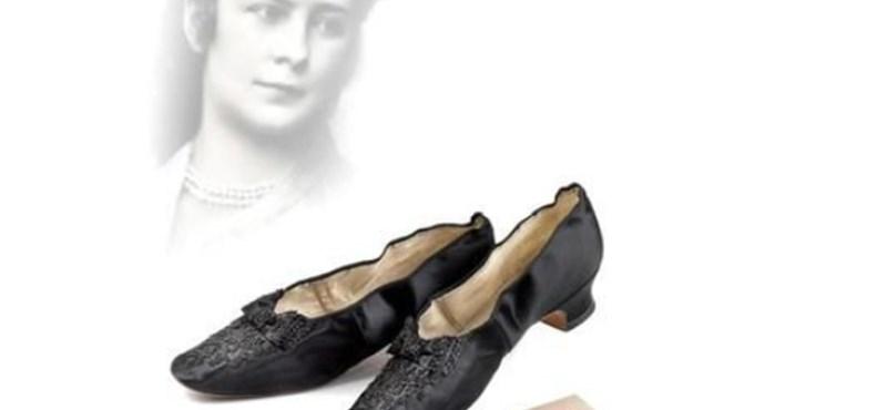 Itt a nagy lehetőség azoknak, akik meg akarják szerezni Sissi egyik cipőjét