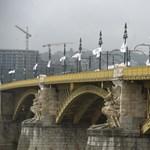 Már megint lerúgták a Margit híd egyik kőkeresztjét