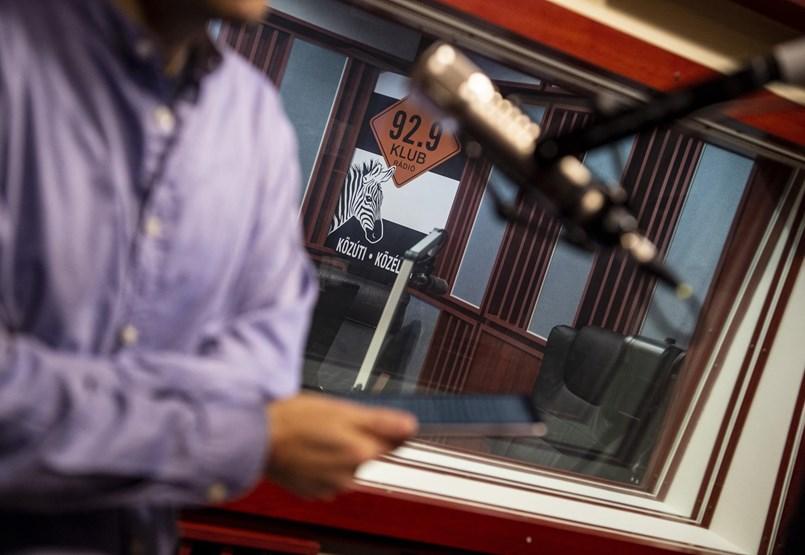 A Klubrádiót nem menti meg az EU, de megtehetné, hogy nem engedi Orbánékat a pénzcsaphoz