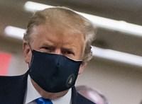 Trump végre megadta magát és maszkot húzott