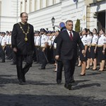Bekapcsolva maradt Orbánnál a mikrofon, a tetovált tiszt nem tetszett neki