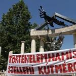 Kamerákat telepítettek a Szabadság téri emlékmű mögé