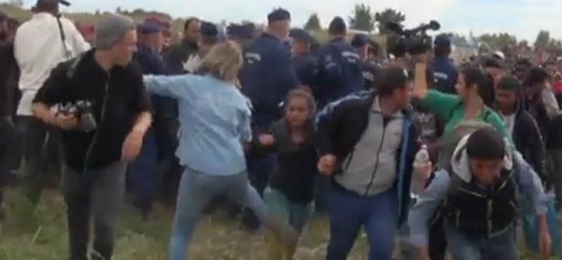 Kirúgták a Röszkénél menekülteket rugdosó operatőrt
