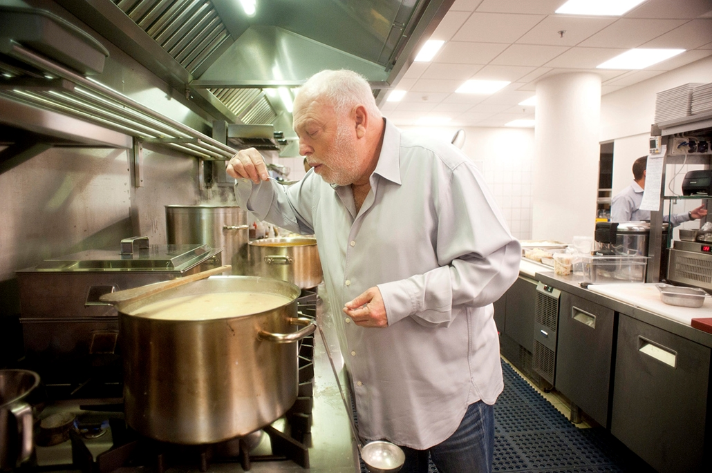 mti.10.09.18.Andy Vajna filmproducer, a budapesti Nobu étterem tulajdonosa levest kóstol az étterem konyhájában