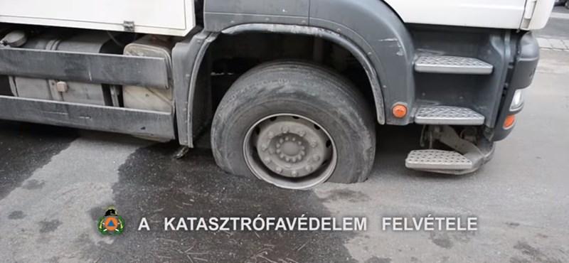Aszfaltba szakadt egy teherautó Zuglóban – videó