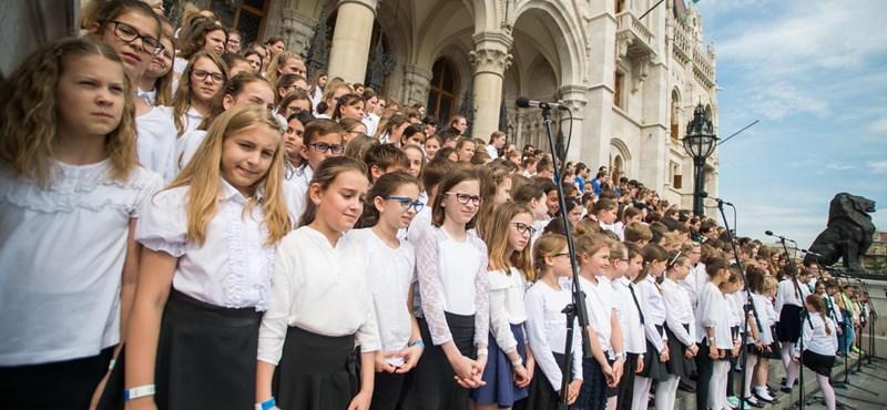 Hétezer gyerek énekelt a Parlament előtt a Nemzeti Összetartozás Napján