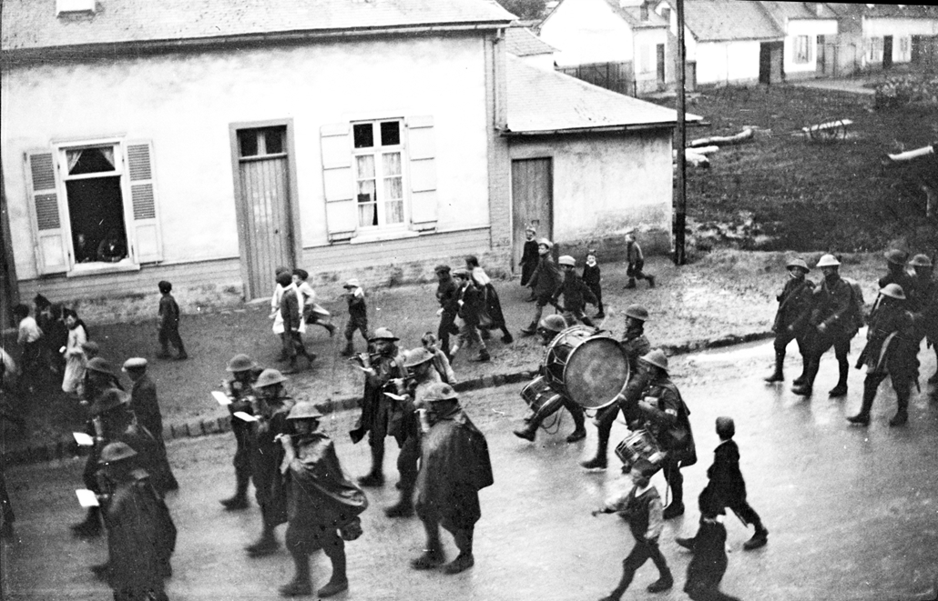 afp. Somme-i csata - A French military band crosses a village with children running about during the Somme offensive, northern France, in July 1916, during World War 1. The Great War started in 1914 with the assassination of Archduke Franz Ferdinand and w