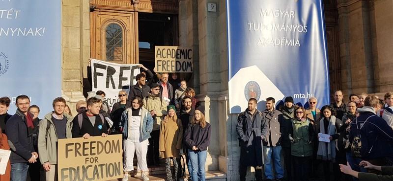 Elkezdődött az ELTE sztrájknapja, CEU-sok és corvinusosok is csatlakoztak