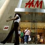 Eszméletlen mennyiségű felesleg áll a H&M raktáraiban, még több leárazás jön
