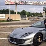 Átvette 800 lóerős új Ferrariját a budapesti milliárdos – ismét szlovák rendszámmal