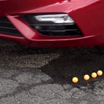 Ez történik a futóművel, ha kátyúba hajt az úton – videó