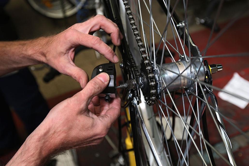 A bicikli legdrágább alkatrésze rendszerint a váz, utána a hátsó kerék következik, különösen egy agyváltós bicajnál. Itt éppen az agyváltót szerelik fel a majdnem kész kerékpárra.
