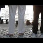 Videó: Levett cipőkkel emlékeztek a Duna-parton a romanapon