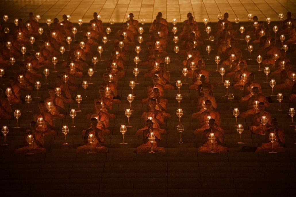 afp.15.03.04. - Bangkok, Thaiföld: buddhista szerzetesek imája a Dhammakaya templomban - 7képei