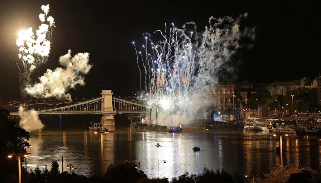 afp.17.07.14. - Tűzijáték a lénchíd előtt a nyitóünnepségen július 14-én. - fina vizes vb