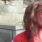 Vörös festékkel öntötték le magukat az aktivisták, a rendőrök igazoltatták őket