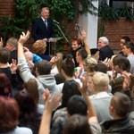 Schmitt Pált tüntetők és ünneplős diákok várják Egerben