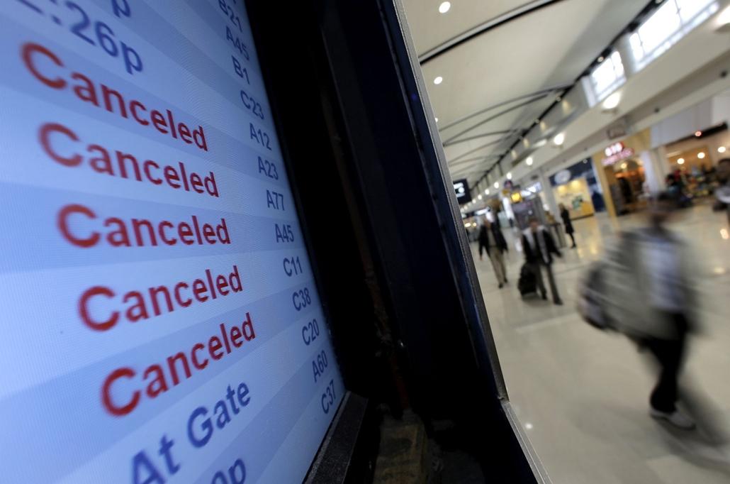 A Delta Airlines indulási listája a Detroit Metropolitan Wayne County reptéren. A Sandy hurrikán érkeztével valamennyi járatot rörölték. - Sandy hurrikán