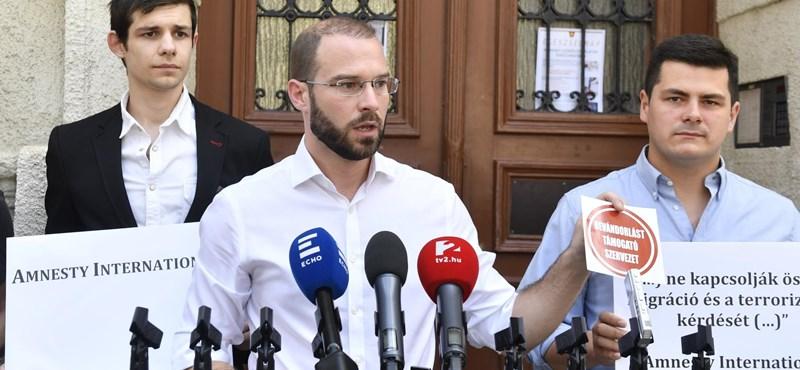 Az Amnestyt megtrollkodó Hollik István félretett egy matricát Karácsony Gergelynek is