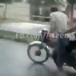 Instant karma: Azt gondolta a motoros, jó ötlet a motorkerékpár mellett futni – videó