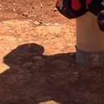 Műlábat kapott a kislány, aki konzervdobozokon járt