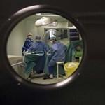 Luxuskörülményekkel csábítják a magyar orvosokat a fejvadászok
