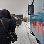 Az első hó legyőzte a MÁV-ot, a BKK még harcol