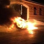 Hatalmas tűzzel égett egy apró Smart Solymáron