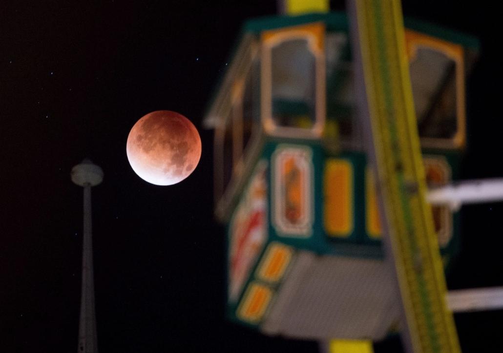 epa.15.09.28. - Erfurt, Németország: Teljes holdfogyatkozás egy óriáskerék gondolojával az előtérben Erfurtban  - holdfogyatkozás, szuperhold