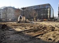 Bombát találtak, kiürítik a belvárosi Vörösmarty teret