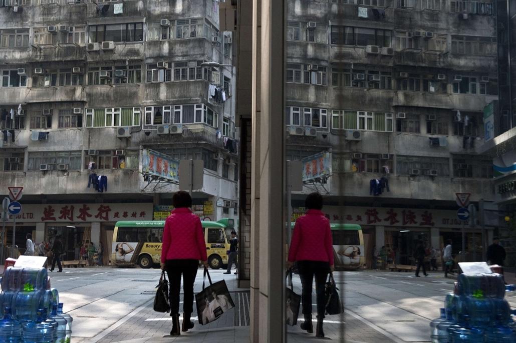 afp. hét képe - Hong Kong, kína, 2014.01.03. bevásárlás, nő, sétál, tükröződés