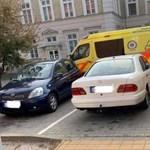 Szabálytalanul parkoló autók állták el a mentőbejáratot