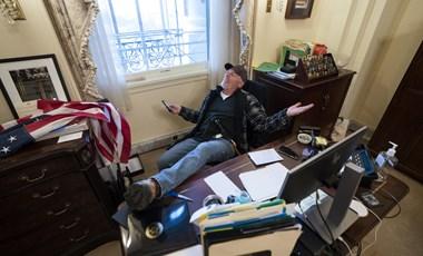 Az FBI őrizetbe vette a Capitoliumban a lábával az asztalon pózoló férfit