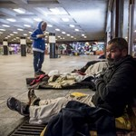 Nem segít, de megaláz: hárman fagytak meg az utcán a hajléktalanüldözés kezdete óta